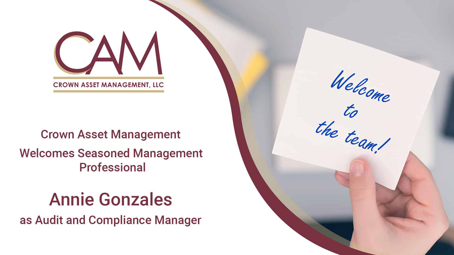 Woman clerk sitting holding note paper sticker with welcome to the team phrase. Business concept.